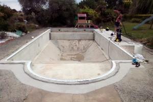 Préparation du bassin, pose des bagettes d'accrochage, réagréage, ponssage du sol et des murs, aspiration du bassin